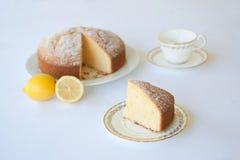 Un gâteau mousseline de thé de citron d'un plat blanc contre un backgro blanc Images stock