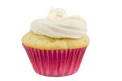 Un gâteau rustique de tasse d'éponge de vanille dans la caisse de papier rose d'isolement Photographie stock libre de droits