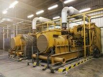 Un générateur diesel électrique très grand dans l'usine pour l'urgence, image stock