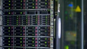 Un gabinete del servidor llenado por completo de los discos duros almacen de metraje de vídeo