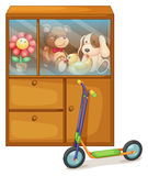 Un gabinete por completo de juguetes en la parte posterior de una vespa Imagen de archivo libre de regalías