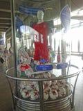 Un gabinetto di vetro con i simboli delle confederazioni foggia a coppa 2017 e la coppa del Mondo 2018 della FIFA, con un manichi Immagini Stock