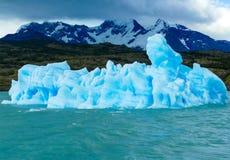 Un galleggiamento celeste sconosciuto dell'iceberg immagini stock