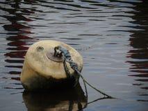 Un galleggiante o una boa ancorato Immagini Stock Libere da Diritti