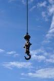 Un gancio del pendolo del ferro con cielo blu. Immagini Stock