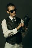 Un gangster sta ottenendo vestito Fotografie Stock