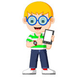 Un garçon à l'aide d'un comprimé illustration libre de droits