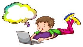 Un garçon à l'aide de l'ordinateur portable avec une légende vide Photographie stock libre de droits