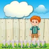 Un garçon à l'arrière-cour avec une légende vide Image libre de droits