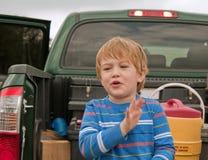 Un garçon appréciant son jour photographie stock libre de droits