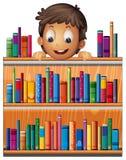 Un garçon au fond d'étagères en bois avec des livres illustration stock