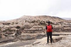 Un garçon au volcan de Bromo Photos stock