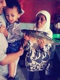 Un garçon avec de grands poissons Photos libres de droits