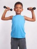 Un garçon avec des haltères Photos libres de droits