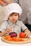 Un garçon avec des légumes Photo stock