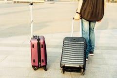 Un garçon avec deux valises et une guitare Concept de voyage et de vacances images stock