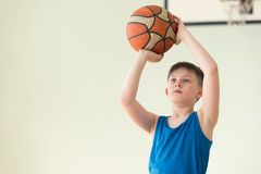 Un garçon avec la boule Photographie stock libre de droits