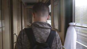 Un garçon avec un sac à dos est sur la voiture de train Le concept du voyage et du tourisme Vacances des vacances Course du monde clips vidéos