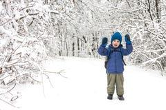Un garçon avec un sac à dos marche en parc photo stock