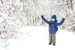 Un garçon avec un sac à dos marche en parc photographie stock