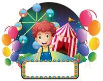 Un garçon avec un signage vide devant un carnaval Image libre de droits