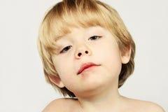 Un garçon blessé avec une assiette photos libres de droits