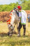 Un garçon dans des vêtements nationaux russes et un poney au festival du sport équestre photographie stock