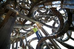 Un gar?on dans une structure architecturale ?trange La construction d'art a fait du bois et du m?tal r photos libres de droits