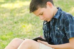 Enfant avec le comprimé Photos libres de droits