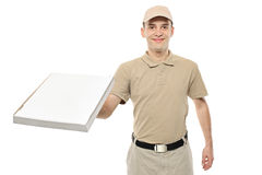Un garçon de distribution portant une boîte à pizza de carton Photo stock