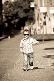 Un garçon de jeunes se pavane sa substance photos stock