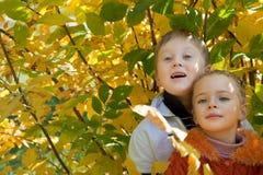 Un garçon de sourire avec une fille mignonne sont en stationnement Photos libres de droits