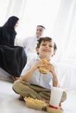 Un garçon du Moyen-Orient appréciant les aliments de préparation rapide photographie stock libre de droits