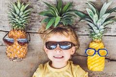 Un garçon et ananas d'ananas des vacances Image libre de droits