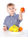 Un garçon et la plaque des légumes Image libre de droits