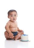 Un garçon et le sien gâteau images stock