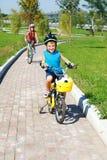 Un garçon et son recyclage de soeur Photo stock