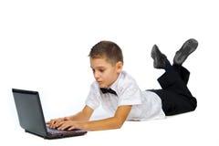 Un garçon et un ordinateur portable Photo stock