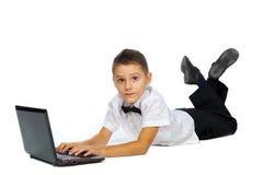 Un garçon et un ordinateur portable Photo libre de droits