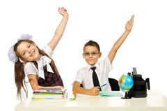 Un garçon et une fille au bureau ont soulevé leurs mains Images stock