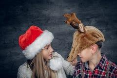 Un garçon et une fille dans des chapeaux de Noël Photos libres de droits