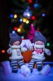 Un garçon et une fille sur un fond d'une guirlande et d'une guimauve lumineuses Photographie stock libre de droits