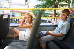 Un garçon et une fille voyageant dans un bus touristique Photo libre de droits