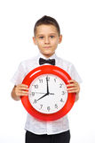 Un garçon et une horloge Photographie stock