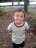 Un garçon heureux en nature Image libre de droits