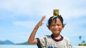 Un garçon indigène jouant dans l'eau Photo stock