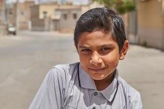 Un garçon iranien de 12 années pose pour le photographe Image libre de droits