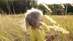 Un garçon jouant dans l'herbe clips vidéos