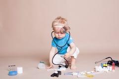 Un garçon joue dans l'hôpital de médecine de docteur Images stock