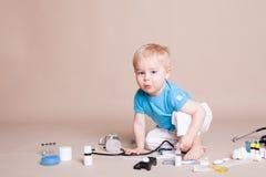 Un garçon joue dans l'hôpital de médecine de docteur Image stock